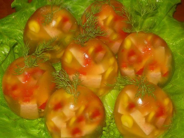 ჟელატინის კვერცხი ბოსტნეულით და ძეხვით